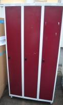 Garderobeskap i stål lys grå med døre i rødt, 3 rom. 90cm bredde, 55cm dybde, 185cm høyde, brukt