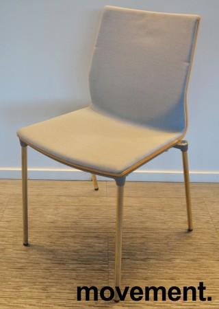 Konferansestol fra ForaForm, modell Next i lys blågrått stoff / eik rygg, krom understell, pent brukt bilde 1