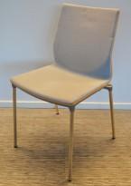 Konferansestol fra ForaForm, modell Next i lys blågrått stoff / eik rygg, krom understell, pent brukt