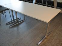 Kompakt møtebord / kantinebord / skrivebord i hvitt / krom, 140x75cm, passer 4 personer, pent brukt