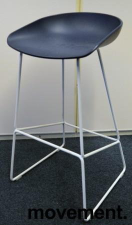 Barkrakk / barstol fra HAY, About a stool, sete i mørk blå, hvitt metallunderstell, sittehøyde 77cm, pent brukt bilde 1