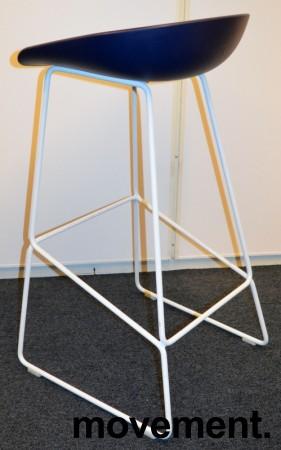 Barkrakk / barstol fra HAY, About a stool, sete i mørk blå, hvitt metallunderstell, sittehøyde 77cm, pent brukt bilde 2