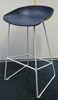 Barkrakk / barstol fra HAY, About a stool, sete i mørk blå, hvitt metallunderstell, sittehøyde 77cm, pent brukt