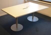 Møtebord / konferansebord i hvitt / grått, 180x120, dybde 80 på ene siden, passer 4-6 personer, pent brukt