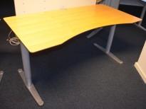 Hevsenk-skrivebord fra Horreds, plate i bjerk, 160x80cm grått understell, magebue/innsving, pent brukt