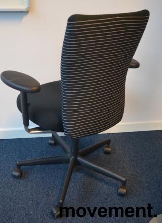 Vitra kontorstol med sete i sort / rygg i stripete stoff, pent brukt bilde 2
