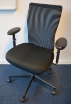 Vitra kontorstol med sete i sort / rygg i stripete stoff, pent brukt