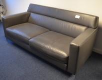 2-seter sofa i mørkt grått skinn fra Moroso, bredde 190cm, pent brukt