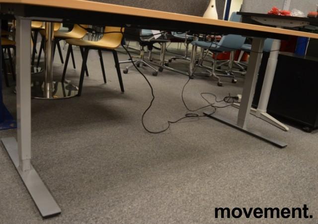 Dencon skrivebord med elektrisk hevsenk i bøk, 180x90cm, mavebue, NY PLATE / pent brukt understell bilde 3