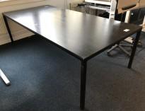 Møtebord / konferansebord i sortbeiset ask / sortlakkert metall fra HAY, modell T12, 250x120cm, brukt med noe slitasje