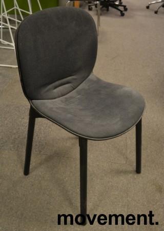 Konferansestol fra RBM, modell NOOR i sort med sort stoffsete og rygg, ben i sortbeiset eik, pent brukt bilde 1