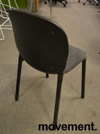 Konferansestol fra RBM, modell NOOR i sort med sort stoffsete og rygg, ben i sortbeiset eik, pent brukt bilde 2