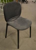 Konferansestol fra RBM, modell NOOR i sort med sort stoffsete og rygg, ben i sortbeiset eik, pent brukt