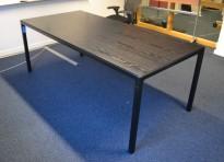 Møtebord / konferansebord i sortbeiset ask / sortlakkert metall fra HAY, modell T12, 200x95cm, brukt med noe slitasje
