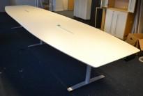 Møtebord i hvitt med understell i grått fra Svenheim, 460x120cm, kabelluke, passer 14-16 personer, pent brukt