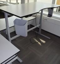 Ragnars elektrisk hevsenk bord i lysegrått (nesten hvitt), med sort kant, 160x90cm med innsving/magebue, pent brukt