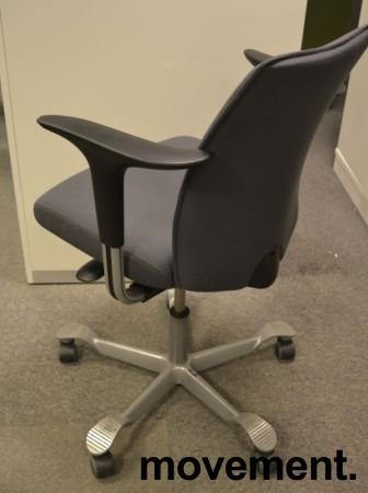 HÅG H05 5400 kontorstol i mørkt grått stoff, armlener i sort, fotkryss i sølv, pent brukt - KAMPANJE bilde 2