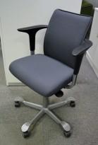 HÅG H05 5400 kontorstol i mørkt grått stoff, armlener i sort, fotkryss i sølv, pent brukt - KAMPANJE