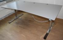 Stort, elektrisk hevsenk skrivebord fra Martela i gråbeige laminat / krom understell, 210x100cm, pent brukt