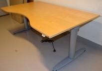 Elektrisk hevsenk skrivebord fra Kinnarps T-serie i bjerk, 160x90cm med magebue, pent brukt
