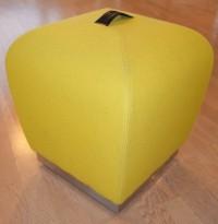 Sittepuff / krakk / pall fra ForaForm, modell Misto i gult,  43cm sittehøyde, design: Olav Eldøy, pent brukt