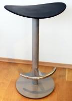 Barkrakk: Sort sete i kunststoff, understell i grålakkert metall, sittehøyde 65cm, pent brukt