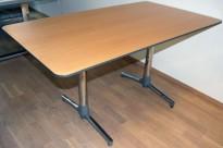 Kompakt møtebord fra ForaForm Next-serie, 140x80cm, bøk bordplate, krom/grått understell, pent brukt