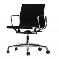 Lekker kontorstol fra Vitra: Eames EA117 i sort hopsack stoff / krom, hjul og gasslift, pent brukt
