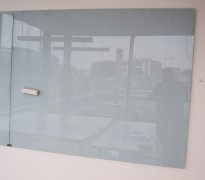 Whiteboard i glass med litt grønntone, vegghengt modell, 150x120cm, pent brukt