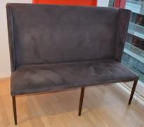 Dekorativ og slank loungesofa med høy rygg i grått stoff, 160cm bredde, pent brukt