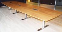 Stort, lekkert møtebord 490x128cm, valnøttfiner/satinert stål fra OneCollection, passer for 16-18 personer, pent brukt