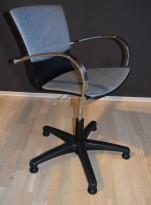 Konferansestol i grått stoff, krom armlener, faste føtter med sving, god komfort, pent brukt