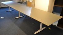 Møtebord i grått med understell i hvitt fra Edsbyn, 460x100cm, passer 14-16 personer, pent brukt