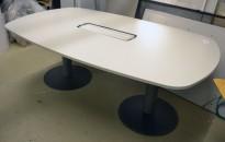 Møtebord / konferansebord i lys grå fra Kinnarps, 200x120cm, passer 6-8personer, pent brukt