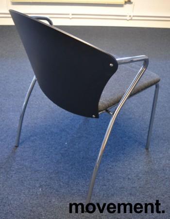 Konferansestol i sort med sete i koksgrått stoff fra One Collection, modell: Bessi, pent brukt bilde 2