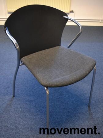 Konferansestol i sort med sete i koksgrått stoff fra One Collection, modell: Bessi, pent brukt bilde 1