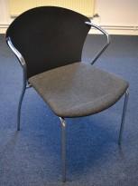 Konferansestol i sort med sete i koksgrått stoff fra One Collection, modell: Bessi, pent brukt