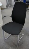 Møteromsstol fra Kinnarps, mod Plus 376 i sort stoff, pent brukt