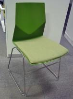 Konferansestol fra Fourdesign, modell Cast Line, i grønn plast / grønt stoff, pent brukt