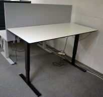 Skrivebord med elektrisk hevsenk i hvitt med sort kant / sort fra Edsbyn, 160x80cm, bordskillevegg i lyst grått stoff medfølger, pent brukt