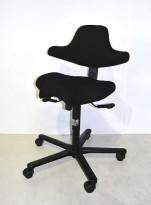 Håg Capisco kontorstol, nytrukket i sort stoff, pent brukt