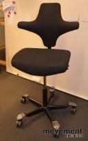 Håg Capisco, nytrukket i sort stoff, rett sete, sittehøyde 85cm, nytrukket