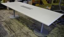 Møtebord i hvitt / grått fra Kinnarps, 240x100cm, 8-10 personer, pent brukt med liten skade i plate