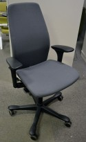 Kontorstol: Kinnarps 5000-serie i mørkt grått stoff, armlener, sort kryss, pent brukt