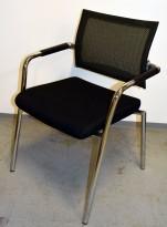 Konferansestol fra Skin i sort stoff / mesh rygg, krom ben/ramme, pent brukt