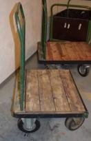 Eldre, kort tralle i metall / treverk, 73,5cm bredde, 60cm dybde, 107cm høyde, brukt
