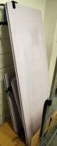 Bordskillevegg i grått stoff, 160x70cm, pent brukt