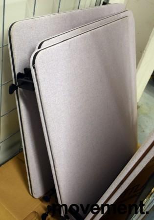 Bordskillevegg i grått stoff, 80x70cm, pent brukt