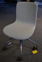 Kontorstol / konferansestol på hjul i blått stoff fra Martela, Modell Sola, design: Antti Kotilainen, pent brukt