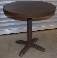 Kafebord fra Pedrali med plate i brunt, firpassfot i brunlakkert metall, Ø=80cm, H=74,5cm, pent brukt